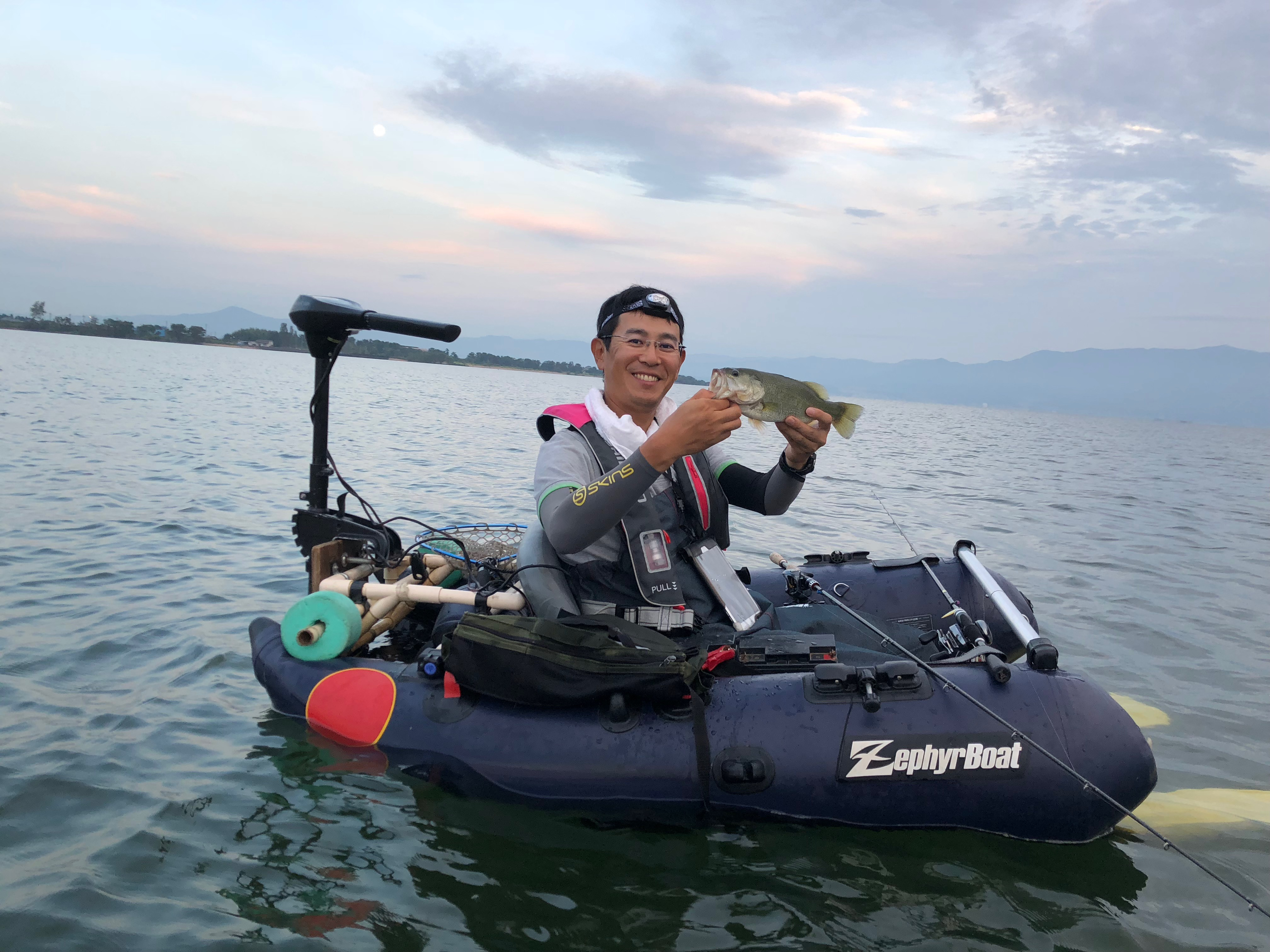 初めてのフローターで釣った北湖バス画像