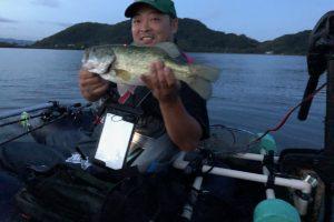琵琶湖アノストレートネコリグで釣れた40cmのバス